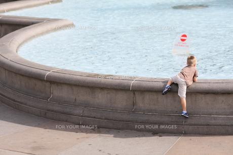 池と子どもの写真素材 [FYI00213145]