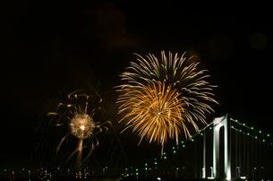花火とレインボーブリッジの写真素材 [FYI00213205]