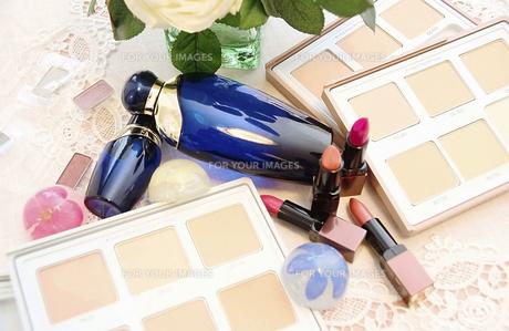 化粧水と口紅とファンデーションとマニキュアの写真素材 [FYI00213212]