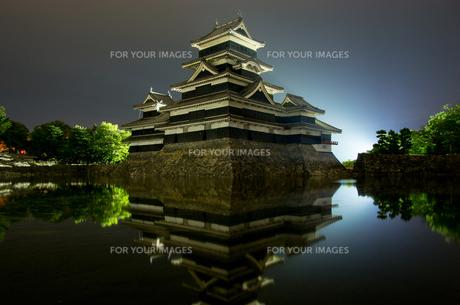 夜の松本城の写真素材 [FYI00213214]
