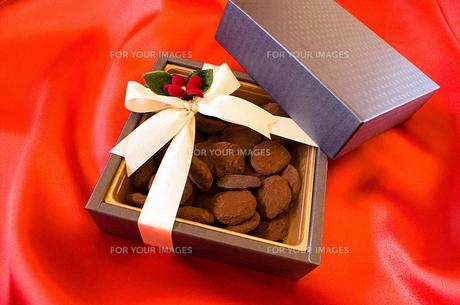 リボンの掛かった箱に入ったチョコレートの写真素材 [FYI00213223]