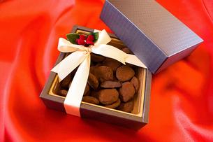 リボンの掛かった箱に入ったチョコレートの素材 [FYI00213223]