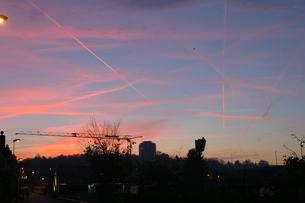 交差する飛行機雲の写真素材 [FYI00213247]
