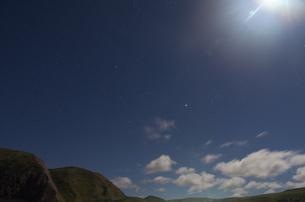 北海道礼文島 光さす月明かりと星空と雲の写真素材 [FYI00213257]
