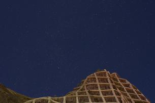 北海道礼文島 星空と修繕された岩壁の写真素材 [FYI00213270]