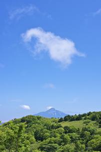 北海道礼文島 利尻山の山並みと浮かぶ綿雲の写真素材 [FYI00213294]