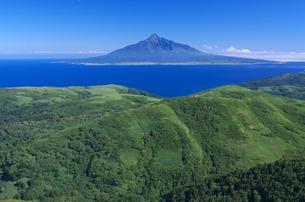 北海道礼文島 礼文岳山頂から望む利尻島の写真素材 [FYI00213324]