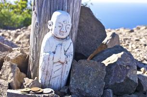 北海道礼文島 礼文岳山頂に奉られている白いお地蔵さんの写真素材 [FYI00213330]