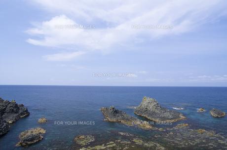 北海道礼文島 スコトン岬付近の海と岩礁と雲の写真素材 [FYI00213331]