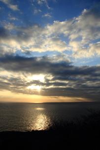 光芒の見える朝陽の写真素材 [FYI00213388]