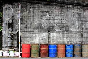 道端に並んだドラム缶の写真素材 [FYI00213722]