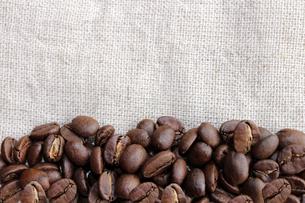 コーヒー豆と麻布の写真素材 [FYI00213743]