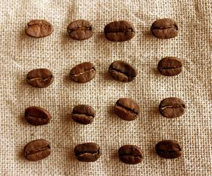 コーヒー豆と麻布の写真素材 [FYI00213748]