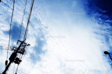 電柱と空の写真素材 [FYI00213785]