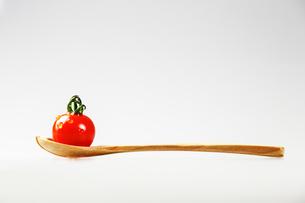 トマトとスプーンの写真素材 [FYI00214155]