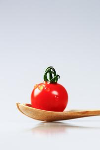 トマトとスプーンの写真素材 [FYI00214207]