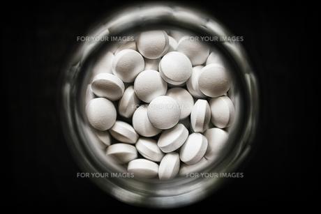 白い錠剤の素材 [FYI00214229]