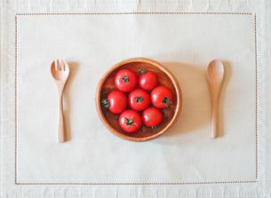 食卓のトマトの写真素材 [FYI00214244]