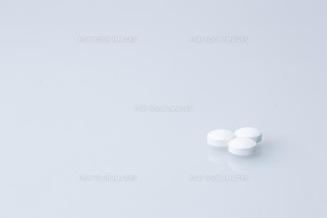 白い錠剤の素材 [FYI00214245]