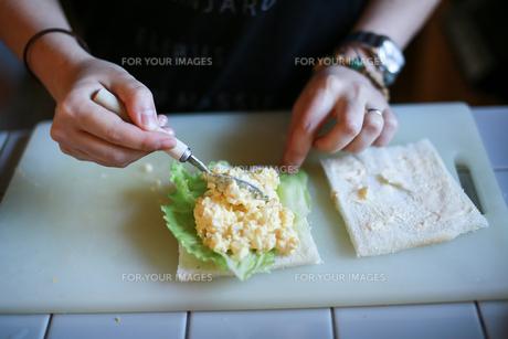 タマゴサンドを作るの写真素材 [FYI00214347]