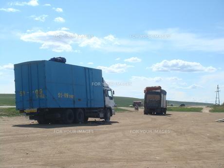 モンゴルの草原を行くトラックの写真素材 [FYI00214428]