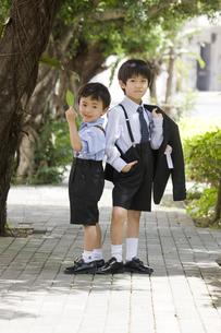 入学式後の兄弟の写真素材 [FYI00214603]