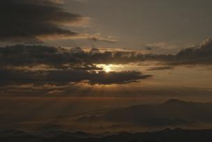 山頂からの朝日の写真素材 [FYI00214928]