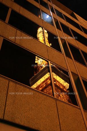 ビルに写った東京タワーの写真素材 [FYI00215491]
