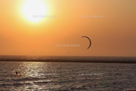 夕景のカイトサーフィンの写真素材 [FYI00215685]