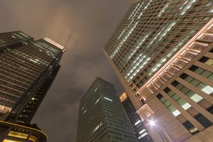 夜の高層ビルを見上げるの写真素材 [FYI00215728]
