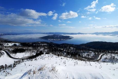 冬の美幌峠からの屈斜路湖の素材 [FYI00215803]