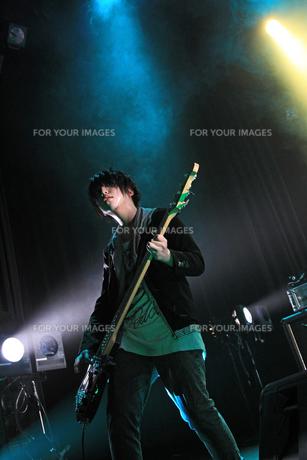 ギターを弾く少年の写真素材 [FYI00215959]
