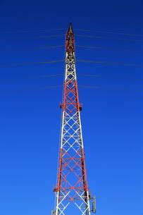 青空の中の鉄塔の写真素材 [FYI00215988]