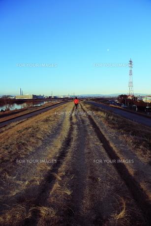 河原沿いの道の写真素材 [FYI00215989]