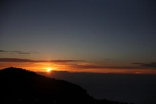 富士山頂からのご来光の写真素材 [FYI00216055]