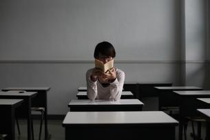本を読む少女の写真素材 [FYI00216065]