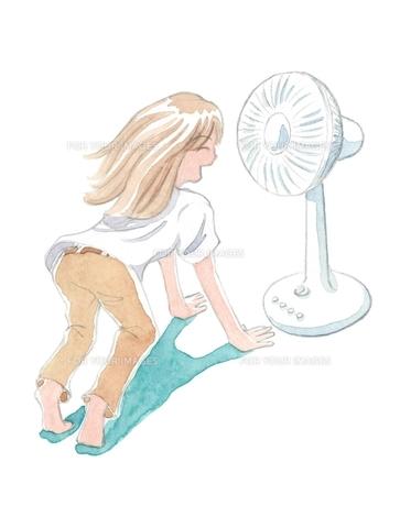 扇風機の風にあたる女性の写真素材 [FYI00216146]
