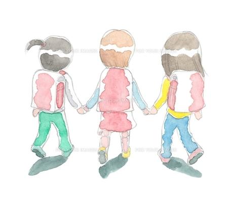 登校する小学生3人の写真素材 [FYI00216150]