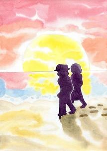 夕日の海辺を歩く老夫婦の素材 [FYI00216177]