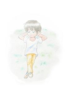 芝生に寝転ぶ男の子の写真素材 [FYI00216178]