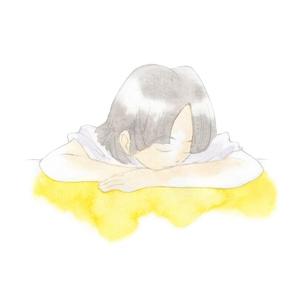 机の上で眠る女性の写真素材 [FYI00216195]