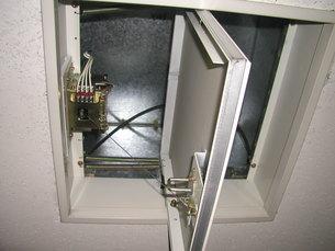 天井排煙口開放中の写真素材 [FYI00216630]