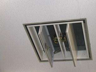 天井排煙口開放中の写真素材 [FYI00216637]