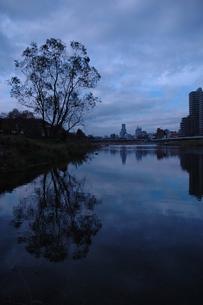 静寂の川辺の写真素材 [FYI00216751]