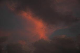 夕焼けに燃える空の素材 [FYI00216772]