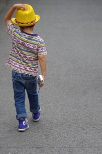 子供の後ろ姿の写真素材 [FYI00216782]