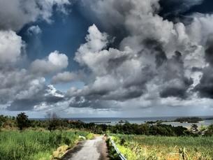 夢に出てきた空と道。沖縄の写真素材 [FYI00216831]