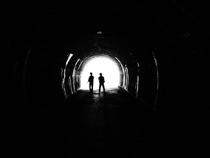 トンネル。出口、有人の写真素材 [FYI00216832]