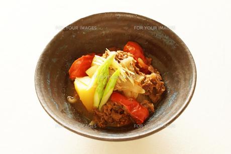 トマト肉じゃがの写真素材 [FYI00218096]