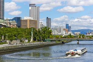 大阪中之島公園 土佐堀川を行く水上バスの写真素材 [FYI00218577]